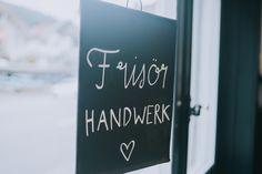 Frisörhandwerk, mein kleiner eigener Coiffeursalon bei Thun. <3-lich Willkommen - Fensterschild Chalkboard Quotes, Art Quotes, Windows, Shop Signs