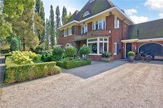 """Een zeldzaamheid dat op de Amstelveense markt komt.  Deze bijzonder mooi gelegen halve karakteristieke villa mogen wij u aanbieden op een van de mooiste locaties van Amstelveen in de wijk """"Elsrijk"""".   Deze bijzonder fraaie geschakelde 2-1 kap villa ..."""