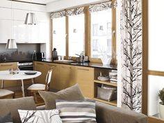 Salon i aranżacja okna. Jak dekoracja okna i lustro powiększą mały pokój