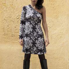 Vestido mujer GISELA Ref 3310Su escote con un hombro descubierto lo hace diferente y exclusivo y su tejido en tela estampada de tonos grises y negros sobre fondo blanco roto le da un toque urban-chic y atrevido.