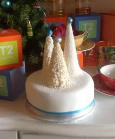 Christmas cake with ice cream cone trees Icing Frosting, Frosting Recipes, Decorating Cakes, Decorating Ideas, Cone Trees, Icing Flowers, Vanilla Cake, Gingerbread, Bakery