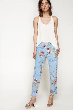 Pantalón chino, con bolsillows en los laterales, con falsos traseros de  vivos, realizado 5993e46dd9