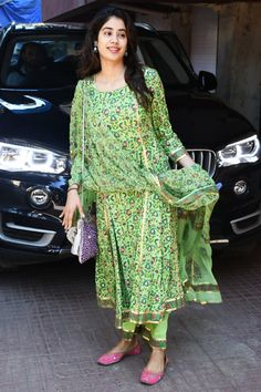 Beautiful look of Jahnavi kapoor in ethnic green kurta - Today in city Simple Kurta Designs, Stylish Dress Designs, Kurta Designs Women, Designs For Dresses, Casual Indian Fashion, Indian Bridal Fashion, Ethnic Fashion, Indian Attire, Indian Outfits
