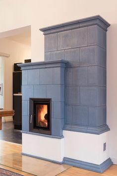 Dove-blue tiles adorn this beautiful, traditional HKD tiled stove from BRUNNER. The radiant heat of a tiled stove is a particularly pleasant and healthy warmth that is retained in the room for a long time due to the built-in storage mass inside the stove. Stove Fireplace, Fireplace Design, Fireplace Ideas, Traditional Interior, Traditional House, Stove Paint, Solid Fuel Stove, Hillside House, Rocket Stoves
