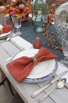 DIY Gold Wire Napkin Rings How to make gold wire wrapped napkin rings in 15 minutes for a an elegant and stylish table setting. Includes tips for selecting wire & customization options. Gold Diy, Make Gold, Gold Napkin Rings, Gold Napkins, Wedding Napkins, Diy Wedding Napkin Rings, Linen Napkins, Cloth Napkins, Christmas Tree Napkin Fold