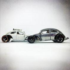Dos #customvolkswagenbeetle para una nueva foto de #hotwheelsporparejas. #volkswagen #beetle .  #hotwheels #diecastcar #diecast #hotwheelscollector #hotwheelsdaily #hotwheelspics #hotwheelsrepost #hotwheelsspain #diecastcars #diecastpics #miniaturas #cochecito #cartoys #hwc #ajrhw #wheels #diecastphoto #diecastphotography  #twitter #1_64 #164 #hotwheelsphotography #die_cast_loversb