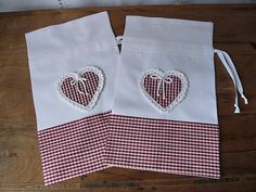 Fabric Crafts, Sewing Crafts, Sewing Projects, Pochette Portable, Red And White Kitchen, Drawing Bag, Fabric Gift Bags, String Bag, Creation Couture