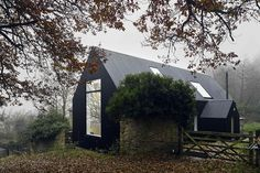 Built around a cottage in the English County of Herefordshire, the Croft Lodge Studio is more of a preservation than a restoration. Contemporary Cottage, Modern Cottage, Modern Farmhouse, Old Building, Building A House, Roof Restoration, Architects Journal, Black House Exterior, Corrugated Roofing