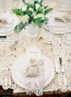 09 spitze deko tisch tischdekoration elegant spitze holz rustikal hochzeit laendlich Hochzeit Deko Idee – Spitze ist spitze