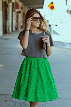 Saia verde blusa cinza