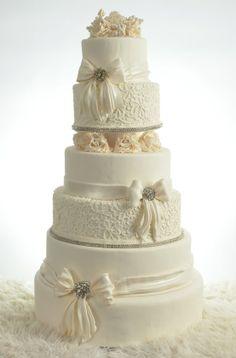 A very elegant wedding cake!