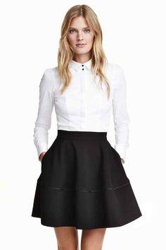 Klokkende rok: Een cirkelrok van stevige, geweven kwaliteit met een naad met een smal biesje onder, een zichtbare ritssluiting achter en blinde steekzakken. Ongevoerd.