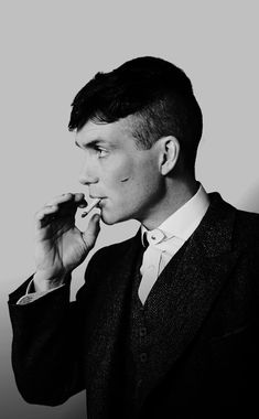 Thomas Shelby discovered by Miss.Rose on We Heart It-Thomas Shelby discovered by Miss.Rose on We Heart It image discovered by Miss. Discover (and save!) Your images and videos on We Heart It - Peaky Blinders Poster, Peaky Blinders Wallpaper, Peaky Blinders Series, Peaky Blinders Quotes, Peaky Blinders Tommy Shelby, Peaky Blinders Thomas, Cillian Murphy Peaky Blinders, Trendy Haircuts, Pretty People
