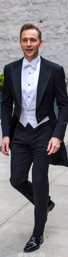Tom Hiddleston smiles for the cameras as he heads to the Met Gala on May 2, 2016. Full size image: http://ww4.sinaimg.cn/large/6e14d388ly1faux83dc8sj22gi3orx6p0.jpg Source: Torrilla