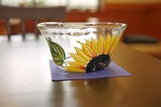 夏らしいガラスの器が並びました。     森谷糸さんのガラス器です。  大輪のひまわりが咲く姿が、見事な作品。 この季節にぴったりですね。