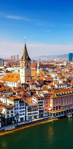 Солнечный день в Цюрихе, Швейцария    Узнайте, почему Швейцария является страной, где Splendor кажется бесконечным