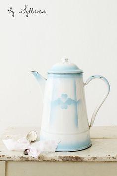 Wunderschöne, alte Emaillekanne pastellblau - Vintage* Küche von Sylloves - Krüge & Kannen - Küche & Geschirr - DaWanda