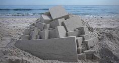 Un artiste façonne de véritables chefs-d'oeuvre architecturaux en châteaux de sable géométriques