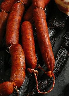 Chorizo gallego artesano, curado en leña. These galician sausages are a must-try... you´ll never forget this delicious taste! Spanish Cuisine, Spanish Dishes, Spanish Food, Charcuterie, Chorizo, Sausage Recipes, Cooking Recipes, How To Make Sausage, Dessert Drinks