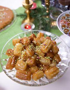 Datli är är en orientalisk efterrätt som påminner lite Spanska churros men med mer tuggmotstånd. Små delikata kakor som friteras och doppas i sirap.