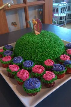 Tinkerbell Cake - love the pink and purple rose cupcakes Maybe I could try and make only the cupcakes? Just a thought. Tinkerbell Birthday Cakes, Tinkerbell Party, Yummy Cupcakes, Cupcake Cookies, Festa Thinker Bell, Birthday Fun, Birthday Parties, Birthday Ideas, Beautiful Cakes