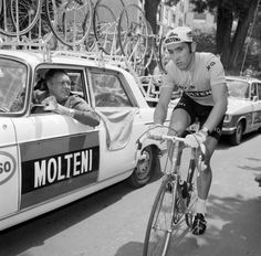 1971 6/7 rit 9 > Eddy Merckx speaks with his sporting director Lomme Driessens
