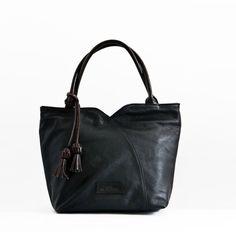 Bolso de Mano en piel de primera calidad El Montes. Fashion, Women's Handbags, Hands, Fur, Women, Moda, Fashion Styles, Fasion