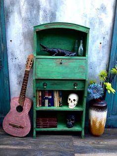 Annie Sloan Amsterdam green Antibes green #anniesloan #Antibesgreen #amsterdamgreen Antibes, Old Furniture, Painted Furniture, New Amsterdam, Annie Sloan Chalk Paint, Some Ideas, Cupboard, Bird, Colors