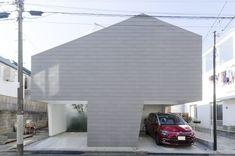 屋根は斜線制限で削られた形に。この壁により周囲の視線からは守られている。9分割したプランのうちの道路側の3つがアプローチと駐車スペースになっている。