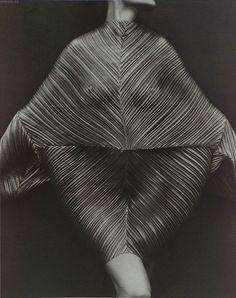 ascarida: Un vestido de Issey Miyake (Irving Penn, 1983)
