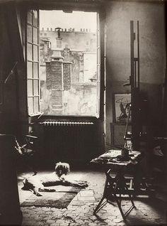 Brassaï. L'atelier di Picasso, Rue des Grands Augustins, con il suo cane Kazbec. 1944