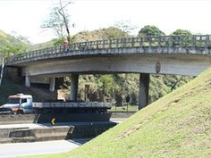 Obra em viaduto altera trânsito na Via Dutra, em Barra Mansa, RJ +http://brml.co/1DK3P1K