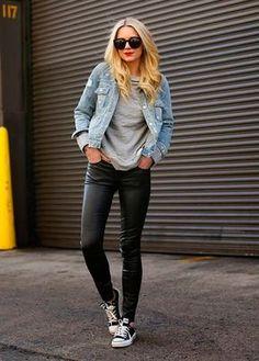 Jaqueta jeans destroyed, t-shirt cinza podrinha, calça skinny de couro, tênis all star preto