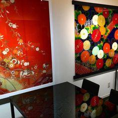 Свежее веяние в мире традиционного текстиля и интерьерном дизайне - картины и столешницы из запаянного в стекло шелка с традиционными узорами и ручной вышивкой. При из создании используются как новые так и винтажные ткани со старых кимоно и поясов. Под глубоким черным глянцем стеклянного оклада они кажутся самим олицетворением роскоши и торжества! www.midokoro.jp #дизайн #интерьер #картины #арт #артобьект #этоЯпония #мидокоро #Киото #художник #шелк #шёлк #кимоно #ткани #текстиль #узор…