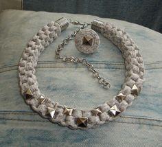 Gargantilla / collar y anillo beige jaspeado con apliques y cierre metálico en color plata
