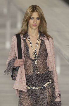 http://www.livingly.com/runway/Chanel/Paris Fashion Week Spring 2004/zbW5aRRPFj5