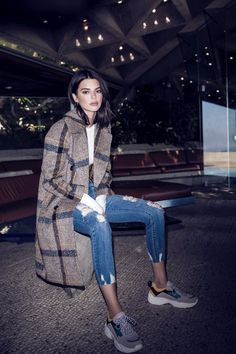 Latest Kendall Jenner Outfits And Street Style Ideas For Inspiration 40 Sneakers Fashion Outfits, Mode Outfits, Casual Outfits, School Outfits, Winter Outfits, Denim Fashion, Look Fashion, Fashion Fall, Fashion 2020