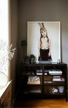 Ellen K Willas møblerer med kunst i sin leilighet på Frogner. Vee Speers, Interior Decorating, Interior Design, Inspirational Wall Art, Large Photos, Coups, Decoration, American Art, Frames On Wall