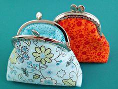 Hogyan varrjunk szép pénztárcát? Hogyan rögzítsük a pénztárca csatos keretét? – Készíts egyedi pénztárcát! | Nőivilág.hu