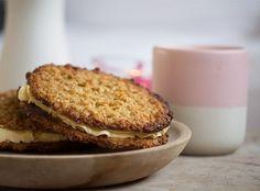 Klassiske lækre havregrynskager af den bedste slags - de er knasende sprøde og søde med fyld af en helt perfekt luftige smørcreme