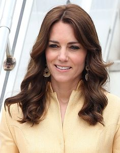 Arriving in Bhutan, the Duchess was the epitome of elegance with her glossy brunette tresses worn down in loose cascading curls. Cabelo Kate Middleton, Kate Middleton Outfits, Princess Kate Middleton, Prince William And Kate, William Kate, Duchess Kate, Duchess Of Cambridge, Catherine The Great, Looks Chic