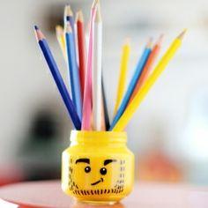Make this fun Lego head pencil holder using baby food jar. (in Portuguese)