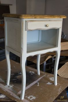 Chevet peint à la Chalk Paint Action Furniture Makeover Diy, Chalk Paint, Basket And Crate, Diy Furniture, Furniture, Home Accessories, Repurposed Furniture, Upcycle Decor, Home Hardware
