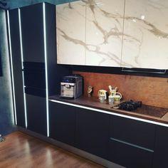 Visezi la o #bucatarie moderna cu mânere integrate #gola cu #led si fronturi acrilice care imita #marmura? Esti FIX unde trebuie! Vino la #Gobilier cu proiectul tau de #mobilare si fa din #casacuidei o realitate. Ne găsesti zilnic in #Marasti si #Manastur #Cluj #☎️ 0748048048 #📩 contact@gobilier.ro Bathroom Lighting, Kitchen Cabinets, Mirror, Modern, Furniture, Home Decor, Bathroom Light Fittings, Bathroom Vanity Lighting, Trendy Tree