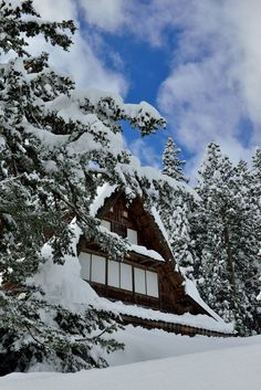 Snow in Ainokura village - Gokayama, Toyama, Japan Japanese Love, Japanese Beauty, Gokayama, Gifu, Japanese Architecture, Beautiful Space, Holiday Destinations, Japan Travel, Sunrise