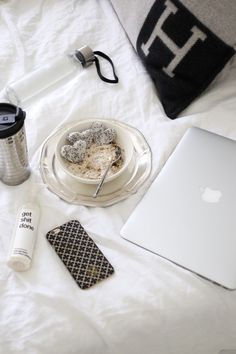 Homevialaura | Blogging at home office | bedroom | Hermes Avalon | oatmeal lunch