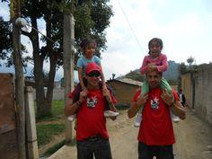"""Voluntarios con """"las gemelas"""" del Proyecto de Educación y Desarrollo en Antigua."""