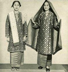 petite women's fashion over 50 - Baju Kurung - Wikipedia Fashion For Petite Women, Over 50 Womens Fashion, Fashion Over 50, Asian Fashion, Traditional Fashion, Traditional Dresses, Fifties Fashion, Vintage Fashion, Fifties Style