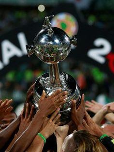 Taça Libertadores nas mãos dos jogadores do Atlético Nacional  (Foto: REUTERS/John Vizcaino)