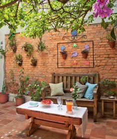 Trendy Small Balcony, Patio, Porch & Backyard Decorating Ideas with Tips Small Backyard Landscaping, Small Patio, Backyard Patio, Casa Patio, Backyard Ideas, Small Gardens, Outdoor Gardens, Outdoor Living, Outdoor Decor